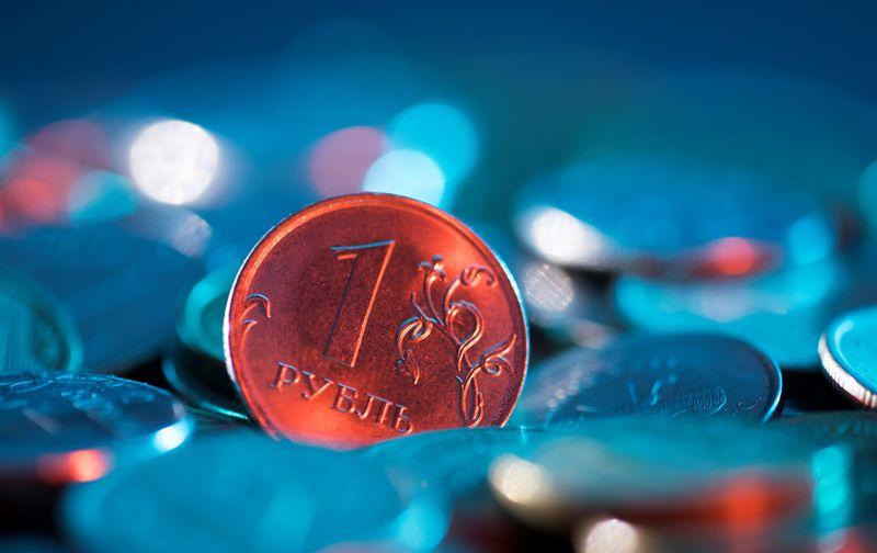 Рубль противостоит выросшему перед сегодняшней трудовой статистикой доллару