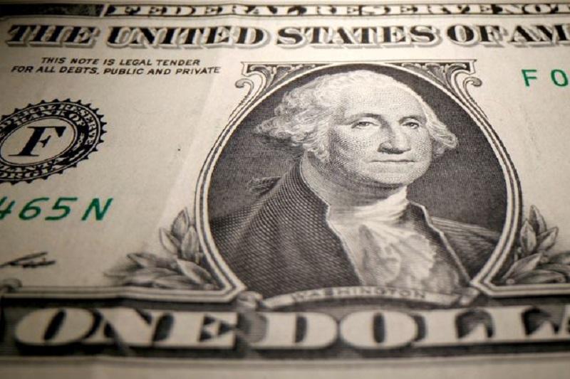 Средний курс покупки наличного доллара США в банках Москвы достиг максимального значения за неделю и составляет 72,76 руб.