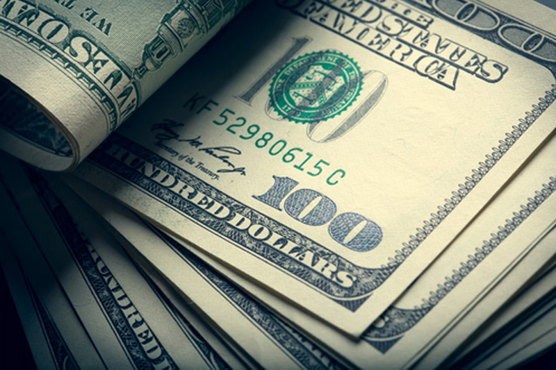 Cредний курс покупки/продажи наличного доллара в банках Москвы на 10:00 мск составил 71,65/73,97 руб.