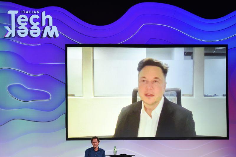 Tesla нарастила поставки в 3 кв до рекорда, превысила прогнозы