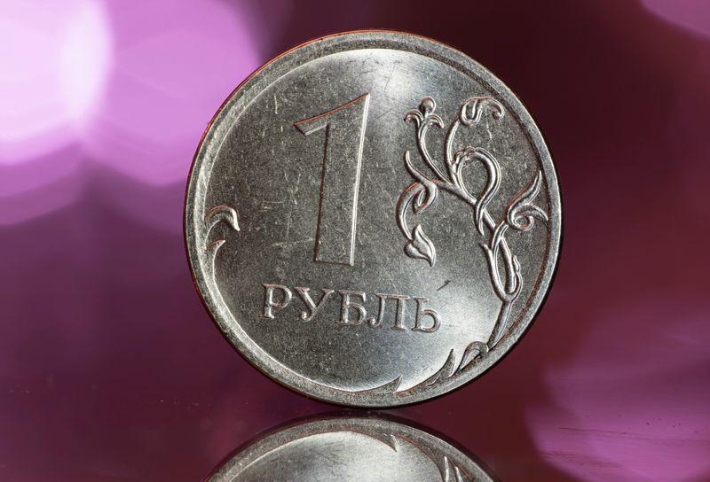 Рубль достиг к доллару пика 4 мес благодаря нефти, близок к максимумам с июл 20г