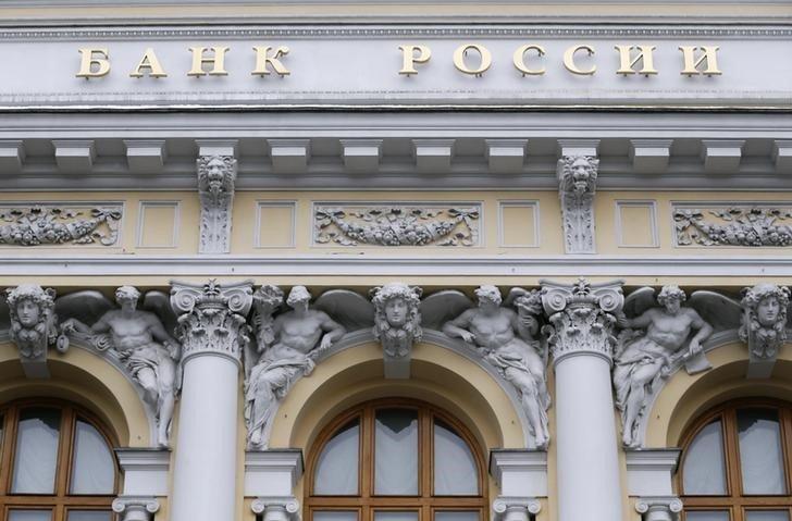 К концу года инфляция окажется близко к верхней границе прогноза Банка России 3,7-4,2% - аналитики ЦБ