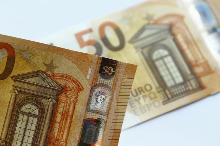 Доллар и евро дешевеют в ходе торгов на