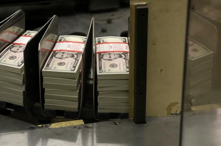 За первые пять минут торгов курс доллара США понизился до 76,9682 руб.