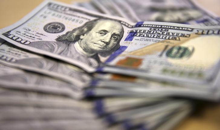 Средний курс покупки наличного доллара США в банках Москвы достиг максимального значения за месяц и составляет 76,4874 руб.