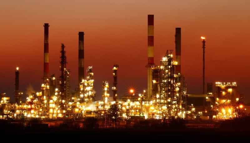 Нефть держится на месячном пике в ожидании роста спроса
