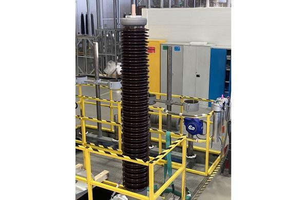 Завод Hitachi ABB Power Grids расширяет линейку выпускаемых высоковольтных вводов