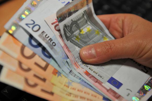 Cредний курс покупки/продажи наличного евро в банках Москвы на 13:00 мск составил 91,46/93,01 руб.