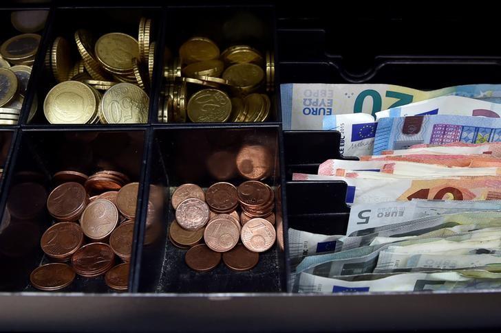 Доллар и евро незначительно изменяются в ходе торгов на