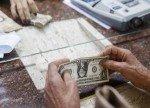 Cредний курс покупки/продажи наличного доллара в банках Москвы на 16:00 мск составил 73,45/74,99 руб.