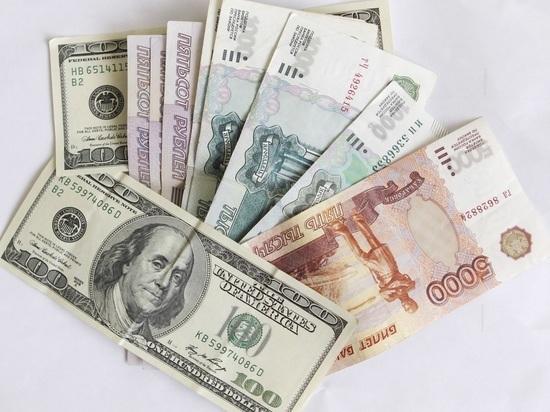 Россиянам рекомендовали быстрее скупать доллары и евро