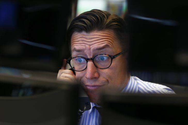 Рынок акций РФ начал торги разнонаправленными изменениями индикаторов