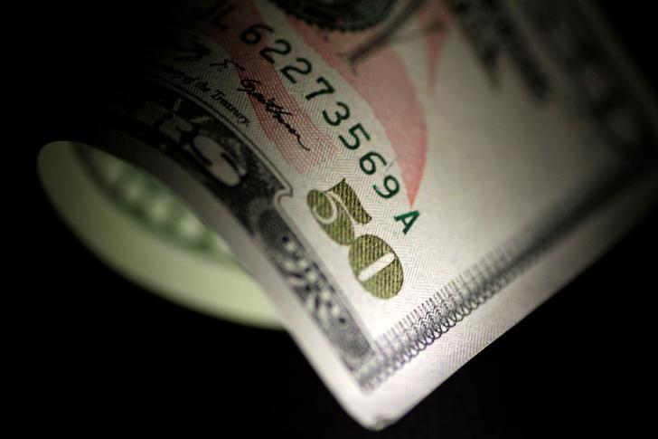 Cредний курс покупки/продажи наличного доллара в банках Москвы на 16:00 мск составил 72,22/73,46 руб.