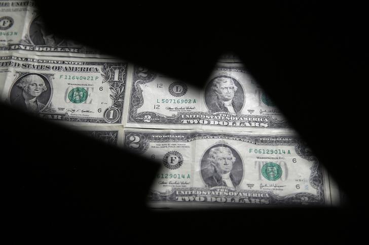 За первые пять минут торгов курс доллара США понизился до 72,395 руб.