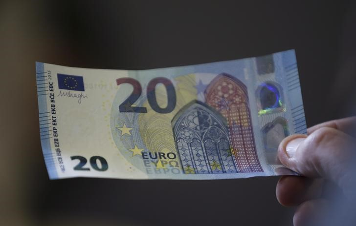 Cредний курс покупки/продажи наличного евро в банках Москвы на 13:00 мск составил 82,48/83,72 руб.