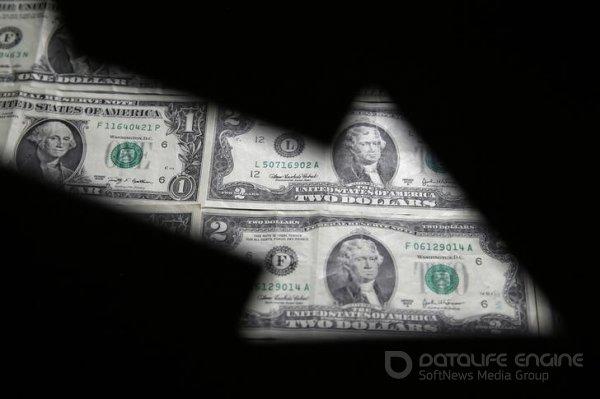 Cредний курс покупки/продажи наличного доллара в банках Москвы на 13:00 мск составил 72,64/74,16 руб.