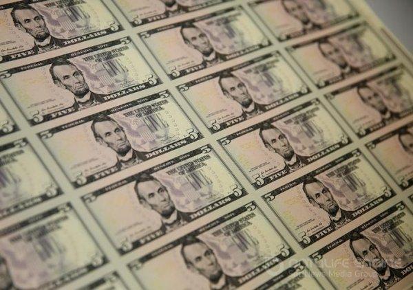 Cредний курс покупки/продажи наличного доллара в банках Москвы на 10:00 мск составил 72,65/74,26 руб.